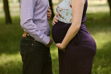 maternity-newborn-photoshoot-london-east-london-west-ham-park-classic-natural-couple-photoshoot-lily-sawyer-photo.jpg